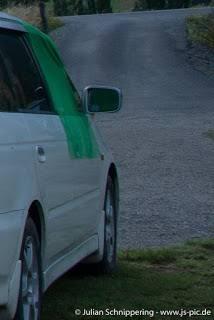 Moskitonetz am Autofenster befestigt