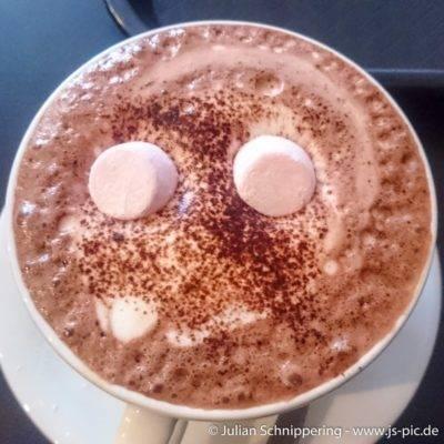 leckerer Kakao mit Augen aus Marshmellows