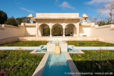 Indisch aussehendes Gebäude in einem symmetrisch angelegten Garten