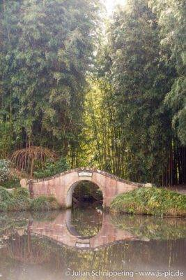 Brücke mit Bambusbäumen im Hintergrund