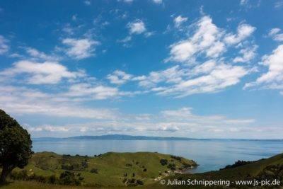 blaues Meer mit Bergen im Hintergrund