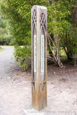 Holzsäule mit Elben Schriftzeichen aus der Herr der Ringe
