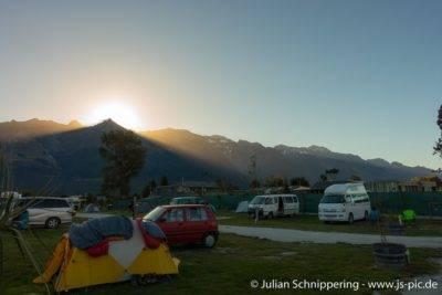 verschiedene Campervans auf dem Campingplatz in Glenorchy