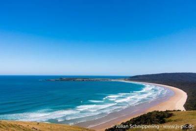 traumhaft blaues Meer an einer langgestreckten Bucht