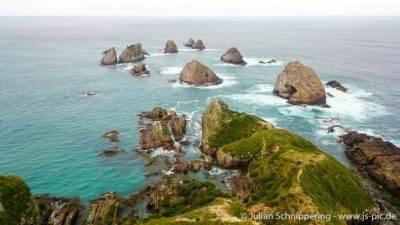 große Steine im Wasser umgeben vom Meer