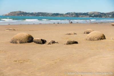 Strand mit blauem Meer und steinernen Kugeln vulkanischen Ursprungs