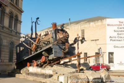 alte Dampflok vor historischen Gebäuden