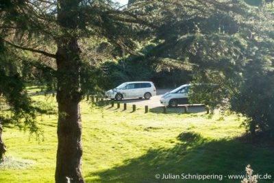 2 Minivans auf einem Parkplatz