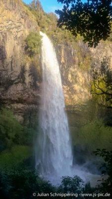 großer Wasserfall stürzt in die Tiefe