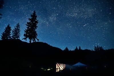 Sternenhimmel über der Unterkunft in Neuseeland