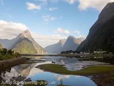 Wasser umgeben von hohen Bergen