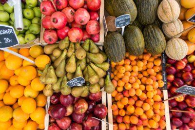 Blick auf verschiedene Obstsorten Birne, Äpfel, Melone, Granatapfel in einem Laden. Viel Spaß beim Einkauf!