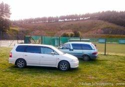 Zwei Backpackerautos Honda Odyssey und Toyota Estima