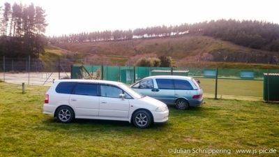 Zwei Backpacker Auto Honda Odyssey und Toyota Estima
