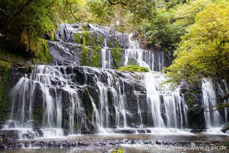 Die Purakaunui Wasserfälle sind wie eine Kaskade aufgebaut