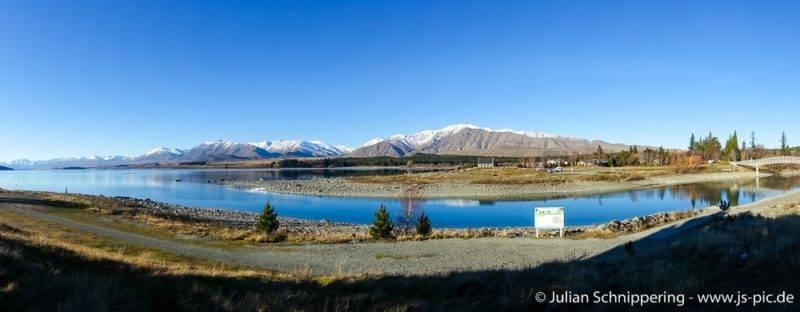 Schneebedeckte Berge spiegeln sich im See