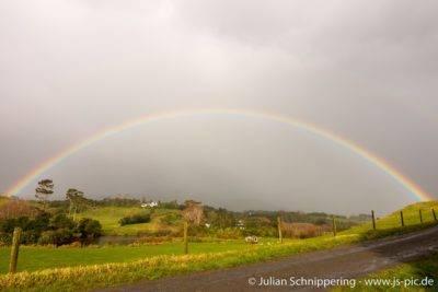 Regenbogen über grünen Wiesen