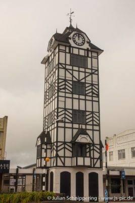 Turm mit großer Uhr