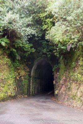 Einfacher Tunnel durch die Berge