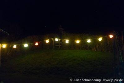 bunt leuchtende Girlanden in der Nacht