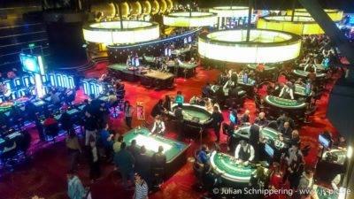 Casino Innenraum mit Spieltischen