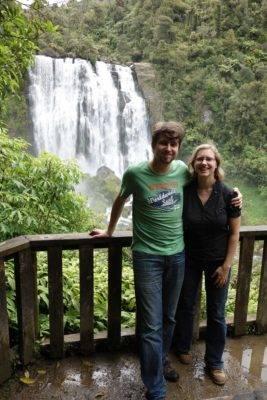 Wasserfall und Isabell mit ihrem Mann