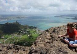 Isabell und ihr Mann auf einem Berg mit super Aussicht