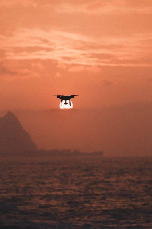 Drohne vor der untergehenden Sonn