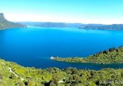 Blick auf den blauen See mit seinen Buchten