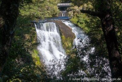 Wasserfälle ergießen sich in Lake Waikaremoana