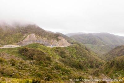 grüne Berge und ein Highway schlängelt sich in Kurven am Bergrücken