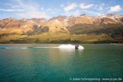 Jetboot auf dem Lake Queenstown vor einer Bergkulisse