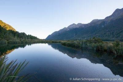 spiegelglatter See mit Bergen im Hintergrund
