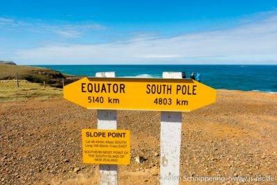 Entfernungsschild am südlichsten Punkt der Südinsel Neuseelands