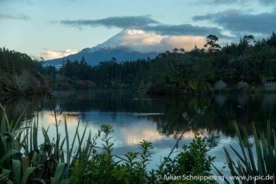 symmetrischer Gipfel mit Schnee des Berg Taranaki