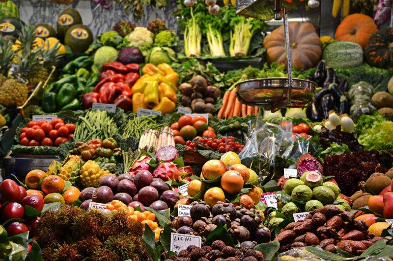 Obst und Gemüse auf einem Stand