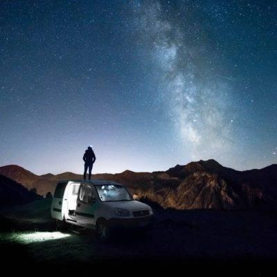 Auch in Neuseeland gibt es leider Betrug beim Autoverkauf. Hier im Bild zu sehen ist ein Auto mit Bett unter einem traumhaften Sternenhimmel.