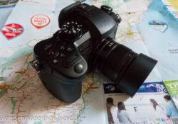 Digitale Systemkamera liegt auf einer Karte der Südinsel Neuseelands