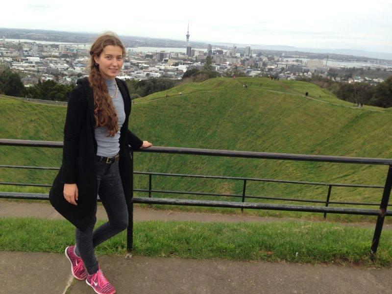 Junge Dame vor der Skyline Aucklands