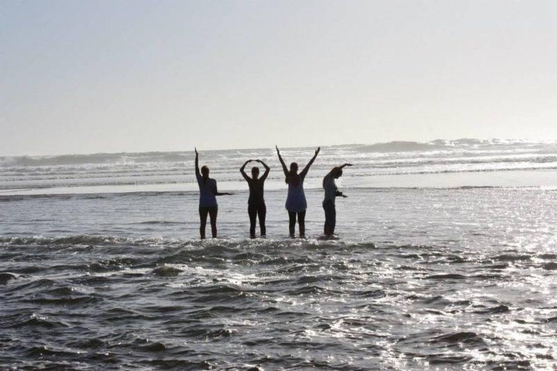 4 junge Damen zeigen am Meer das Wort LOVE