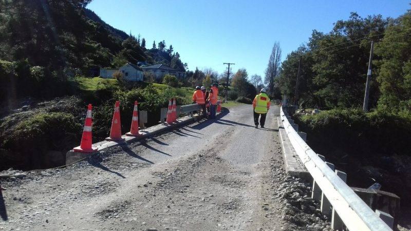 Schotter Straße an der gebaut wird und Bauarbeiter arbeiten