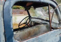 Altes Auto mit gebrochener Windschutzscheibe