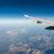 Blick aus dem fliegenden Flugzeug auf die Berge