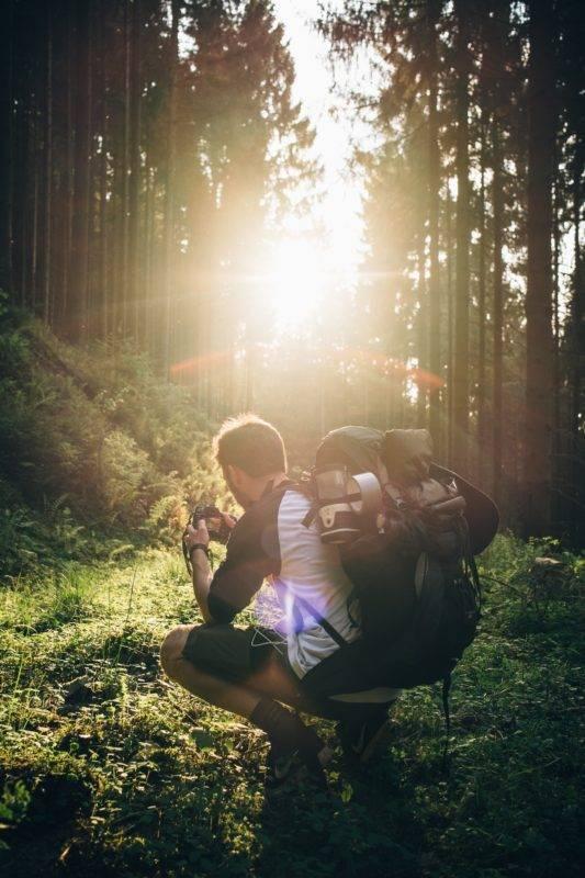 Ein Backpacker in der Natur mit Rucksack