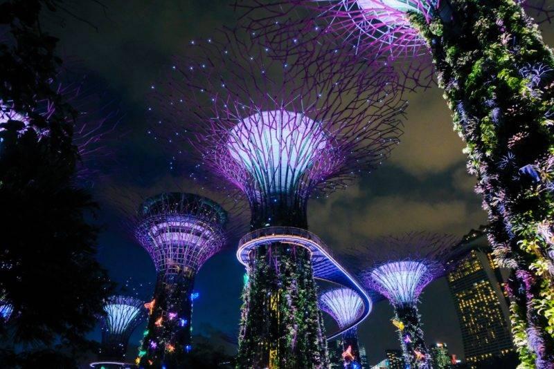 Singapur Gebäude bei Nacht beleuchtet