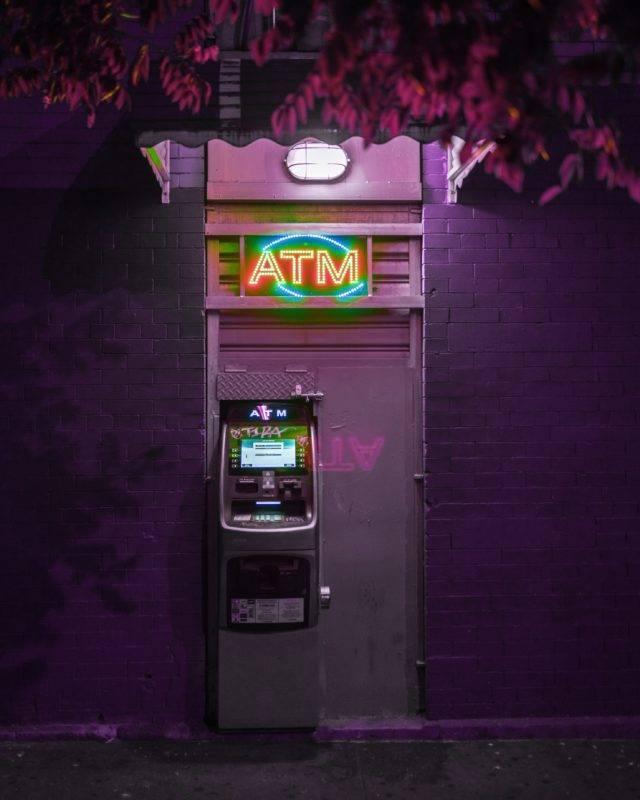 Geldautomat schön beleuchtet