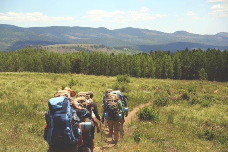 Endlose Landschaften und vier Wanderer die wandern