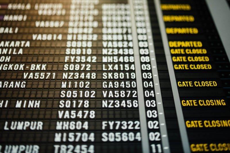Flugzeiten Anzeiger am Flughafen