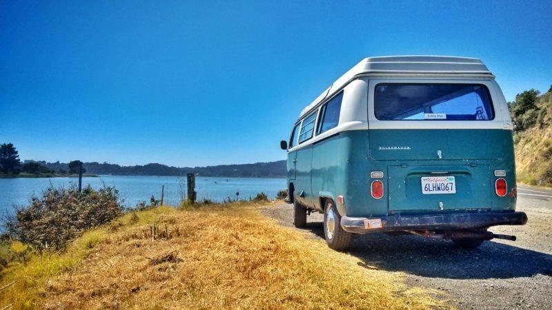 Van vor einem See