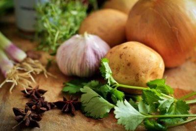 Leckeres Gemüse auf einem Holzbrett